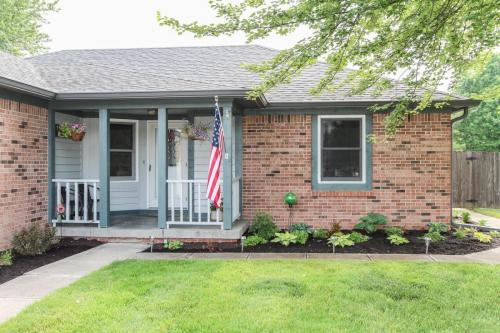 423 Jaynes Cir Greenwood IN-MLS Size-003-22-Entrance and Porch-1800x1200-72dpi