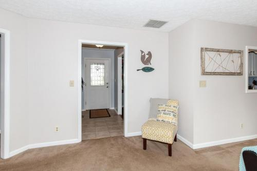 423 Jaynes Cir Greenwood IN-MLS Size-004-11-entry and Living Room-1800x1200-72dpi