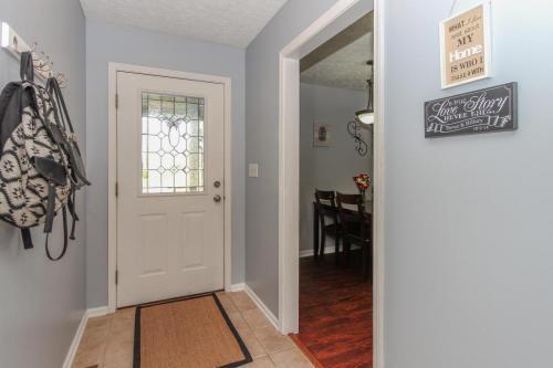 423 Jaynes Cir Greenwood IN-MLS Size-005-20-Entry Foyer-1800x1200-72dpi