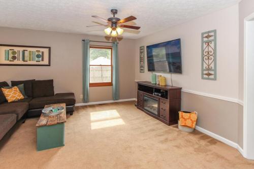 423 Jaynes Cir Greenwood IN-MLS Size-009-4-Living Room-1800x1200-72dpi