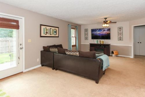 423 Jaynes Cir Greenwood IN-MLS Size-011-2-Living Room-1800x1200-72dpi