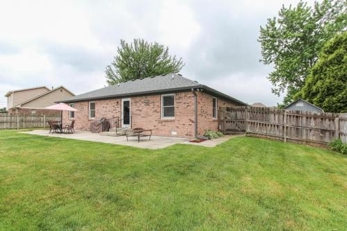 423 Jaynes Cir Greenwood IN-MLS Size-025-23-Back of Home-1800x1200-72dpi